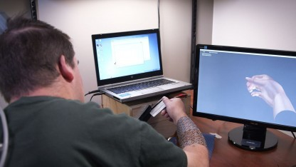 Proband mit Neurolife-System: Hinrnsignale sollen künftig drahtlos übertragen werden.
