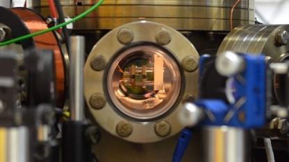 Blick in die Vakuumkammer mit der Atom-Falle: Die Umkehr des Prozesses ergibt einen Kühlschrank.