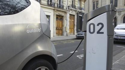 Elektroauto an der Ladesäule (Symbolbild): Indien will 2030 ausschließlich elektrisch fahren.