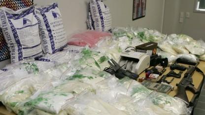 Auf illegalen Marktplätzen werden Waffen und Drogen angeboten - hier bei einer Razzia sichergestellt.