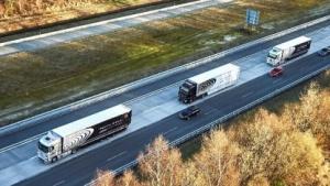 Lkw fahren Konvoi: Luftwiderstand verringern (Bild: Daimler), Platooning