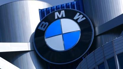 BMW-Logo an der Firmenzentrale in München