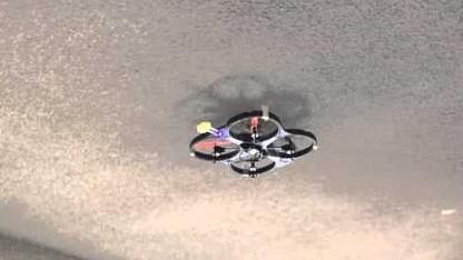 Drohnen mit Krallen hängen sich unter die Decke