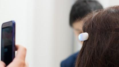 Ein kleiner, aber doch auffälliger Clip ermöglicht das Wahrnehmen von Umgebungsgeräuschen über Vibrationen.
