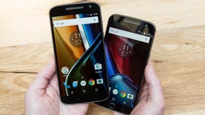 Links ist Lenovos Moto G4, rechts daneben das Moto G4 Plus.