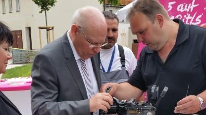 Glauchaus Oberbürgermeister Peter Dresler mit Telekom-Technikern