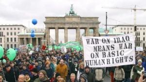 """Trotz großer Proteste gegen den Irak-Krieg soll Deutschland """"wesentliche"""" Hilfe geleistet haben."""