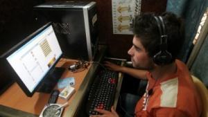 Ein junger Mann im Irak nutzt das Internet. Während der Prüfungen geht das leider nicht - landesweit.