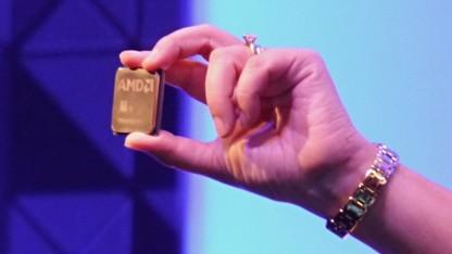AMDs Lisa Su hält eine Zen-basierte CPU hoch.