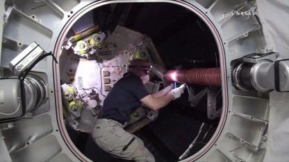 Astronaut im Beam-Modul: kein Kondenswasser