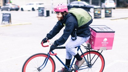 Ein Fahrradkurier von Foodora
