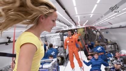 Während des Parabelflugs werden wissenschaftliche Experimente durchgeführt.