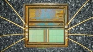 Ein identischer Firmware-Chip wurde zur Analyse geöffnet