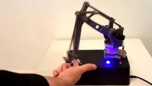Roboter verletzt Mensch: Nicht jeder wird gepikst.