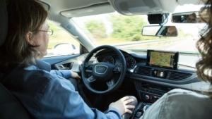 Einfach nur die Hände in den Schoß legen: Das wollen die meisten Autofahrer in einem autonomen Auto tun.