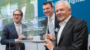 Verkehrsminister Alexander Dobrindt, der Präsident des Verbandes der Bahnindustrie Volker Schenk und DB-Chef Rüdiger Grube (v. l. n. r.)