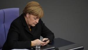 Bundeskanzlerin Merkel wollte ihr Handy offenbar nicht aus der Hand geben.