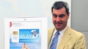 Söder präsentiert BayernWLAN.