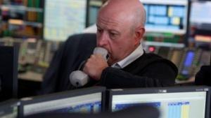 Ein Händler im Londoner Finanzdistrikt macht ein besorgtes Gesicht nach dem Brexit.