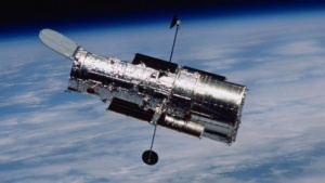 Weltraumteleskop Hubble, vom Spaceshuttle aus aufgenommen (2002): zwei unabhängige Möglichkeiten, das gleiche Material zu analysieren