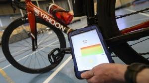 Ertappt: Das Tablet zeigt, dass das Fahrrad regelwidrig mit einem Motor ausgestattet ist.