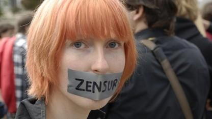 Eine Frau demonstriert im Jahr 2009 in Berlin gegen Netzsperren.