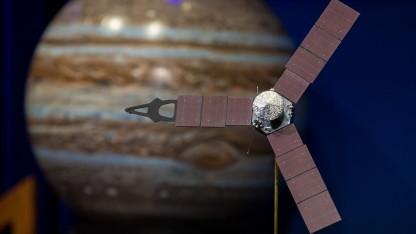Juno-Modell der vor einem Bild von Jupiter: Blick in die Vergangenheit des Sonnenystems
