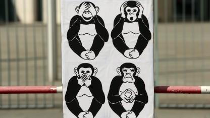 Ein Protestplakat vor der BND-Zentrale. Auch die Geheimdienstkontrolleure äußern jetzt Kritik.