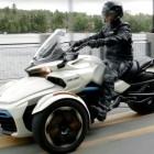 Trike: Dreirädriger Can-Am Spyder fährt mit E-Antrieb