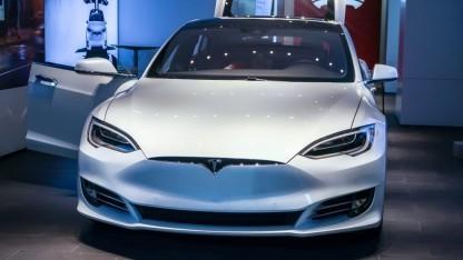 Tesla wehrt sich gegen angebliche Abwerbeversuche von Personal.