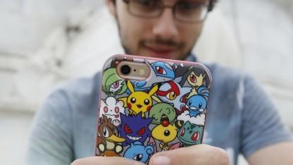 Spieler mit Pokémon-Go-Smartphone