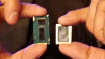 Intel Ex-Mitarbeiter Kirk Skaugen hält zwei Skylake-Chips