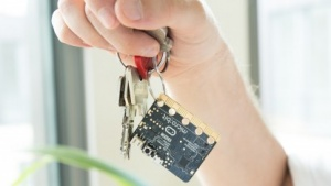 Der Microbit passt an einen Schlüsselbund.