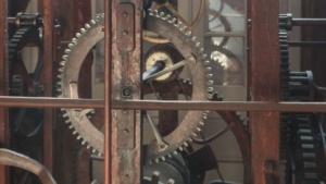 Uhrwerk einer Turmuhr (Symbolbild): Die Erde verliert zwei Tausendstel Sekunden pro Tag.