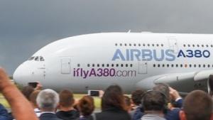 In Farnborough zeigt Airbus sein größtes Flugzeug mit der Werbung für die neue Suchmaschine.