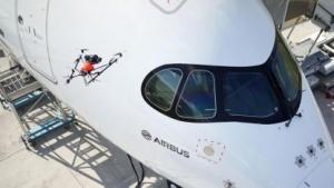 Drohne inspiziert Flugzeug