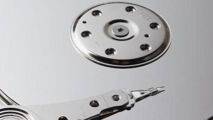 Platter mit Lesekopf einer Festplatte