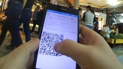 In einem Video zeigt Jaroszewski, wie er sich einen QR-Code bastelt.