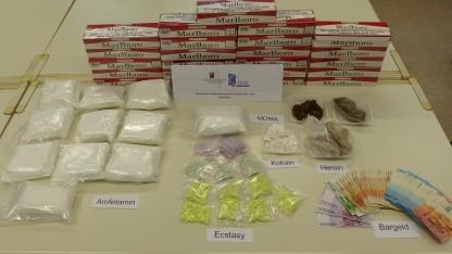Die Ermittler stellten zahlreiche Drogen sicher.
