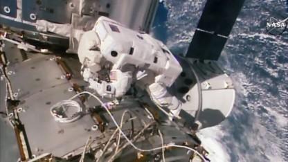 Astronautin Kate Rubins bei der Montage des IDA: sechs Stunden Außeneinsatz