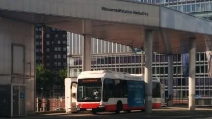Brennstoffzellenbus an der Wasserstofftankstelle in der Hamburg Hafencity: Busse mit verschiedenen alternativen Antrieben