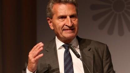EU-Kommissar Günther Oettinger will schon die Indexierung von Pressetexten lizenzpflichtig machen.