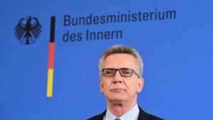 Innenminister de Maizière will jede Art der Kommunikation auswerten können.