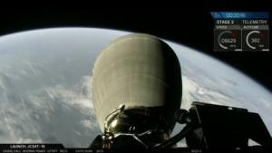 Die zweite Stufe im Orbit mit Blick auf die Erde