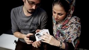 Paar sieht sich iPhone in Teheran an.