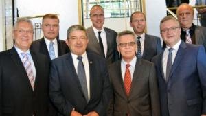 Bundesinnenminister de Maizière (4. v. l.) mit den Innenministern und -senatoren von CDU und CSU