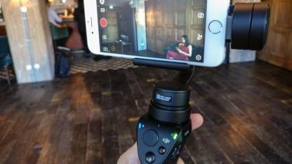 Der neue Osmo Mobile mit eingesetztem iPhone