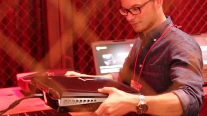 Redakteur Marc Sauter hievt das Acer Predator 21X hoch.