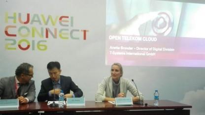 Messestand der Telekom: Anette Bronder (rechts), Geschäftsführerin Digital Division bei T- Systems International