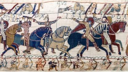 Ausschnitt des Wandteppichs von Bayeux, der die Schlacht um Hastings zeigt.